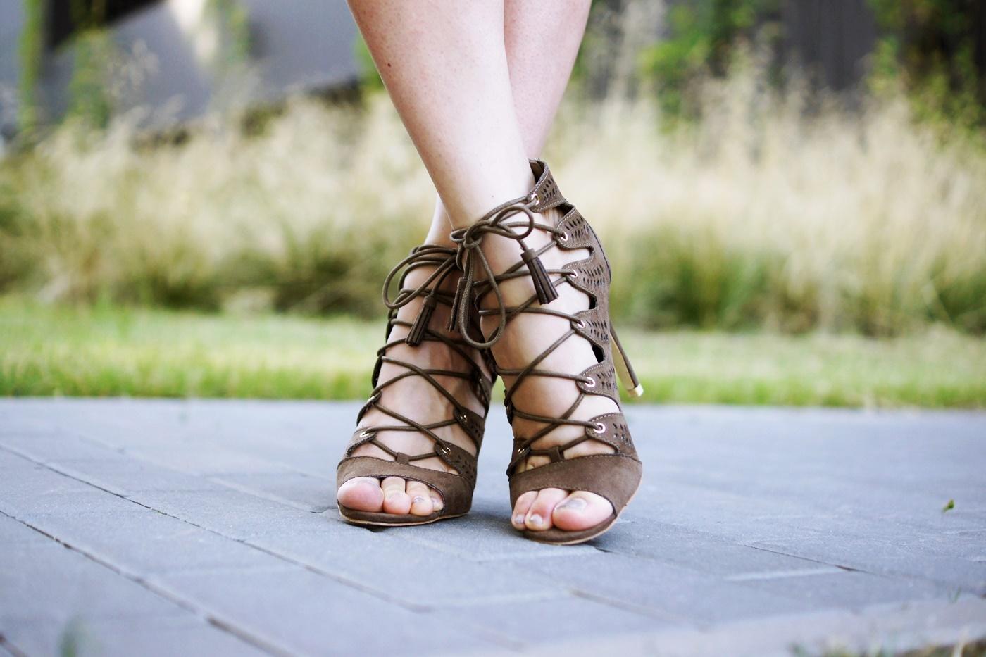 zamszowe sandały na szpilce