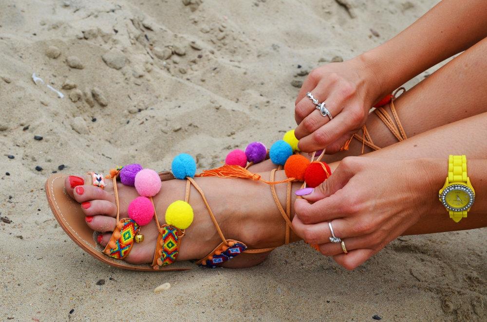 sandały z pomponami
